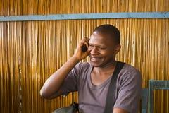 Homem africano no telefone fotografia de stock