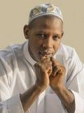 Homem africano novo que veste um celebratio tradicional Imagem de Stock Royalty Free