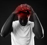 Homem africano pensativo que toca em sua cabeça fotografia de stock royalty free