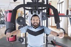 Homem africano que exercita com uma máquina do peso Fotografia de Stock