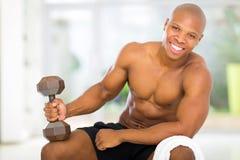Homem africano que exercita em casa Imagens de Stock Royalty Free