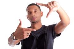 Homem africano que faz o sinal do frame com suas mãos fotografia de stock royalty free