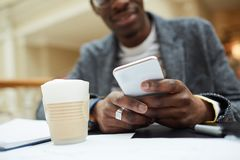 Homem africano que guarda Smartphone imagem de stock