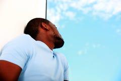 Homem africano que olha a janela fotos de stock