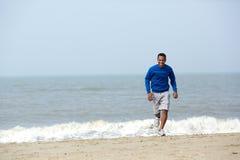 Homem afro-americano atlético que movimenta-se fotos de stock royalty free