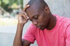 Homem afro-americano calvo na depressão imagens de stock