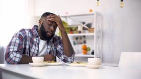 Homem afro-americano cansado que tem a dor de cabeça após o dia difícil, sentimento esgotado imagem de stock
