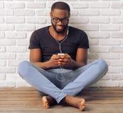 Homem afro-americano com dispositivo Fotos de Stock Royalty Free