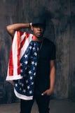 Homem afro-americano confuso com bandeira americana Fotos de Stock Royalty Free