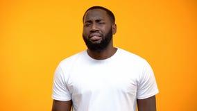 Homem afro-americano decepcionado que olha a c?mera isolada no fundo amarelo imagem de stock