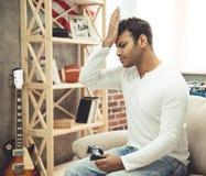 Homem afro-americano em casa fotos de stock