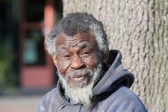 Homem afro-americano idoso desabrigado imagem de stock