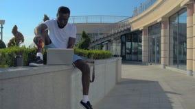 Homem afro-americano milenar que almoça e que trabalha fora vídeos de arquivo