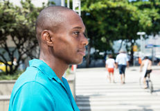 Homem afro-americano na camisa brilhante que olha lateralmente imagem de stock royalty free