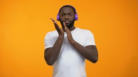 Homem afro-americano na música eletrônica e na dança de escuta dos fones de ouvido video estoque