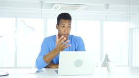 Homem afro-americano na perda, na frustração e na tensão video estoque