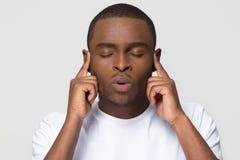 Homem afro-americano nervoso forçado que respira para fora para o alívio de tensão imagens de stock royalty free