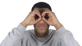 Homem afro-americano no trabalho que procura a possibilidade nova com binocular feito a mão video estoque