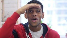Homem afro-americano no trabalho que procura a possibilidade nova, oportunidade video estoque