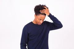 Homem afro-americano pensativo isolado no fundo branco - B Imagens de Stock Royalty Free