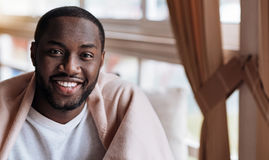 Homem afro-americano positivo que senta-se no café imagens de stock