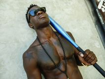 Homem afro-americano preto atrativo e considerável novo com corpo muscular apto e seis bastões de beisebol da terra arrendada d imagens de stock royalty free