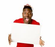 Homem afro-americano preto no espaço feliz de sorriso da cópia do quadro de avisos da placa da exibição do chapéu de Santa do Nat Imagem de Stock Royalty Free