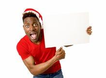 Homem afro-americano preto no espaço feliz de sorriso da cópia do quadro de avisos da placa da exibição do chapéu de Santa do Nat Foto de Stock Royalty Free