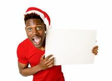 Homem afro-americano preto no espaço feliz de sorriso da cópia do quadro de avisos da placa da exibição do chapéu de Santa do Nat Fotografia de Stock