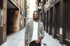 Homem afro-americano que fuma um charuto na rua Estilo do indivíduo preto fotografia de stock