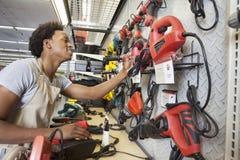 Homem afro-americano que trabalha em uma loja da eletrônica imagens de stock royalty free