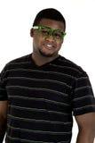 Homem afro-americano que veste o sorriso nerdy dos vidros verdes Imagem de Stock Royalty Free
