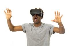 Homem afro-americano que veste os óculos de proteção da visão do vr 360 da realidade virtual que apreciam o jogo de vídeo Foto de Stock