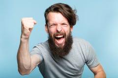 Homem agitado entusiasmado do gesto da vitória do sucesso da vitória foto de stock royalty free
