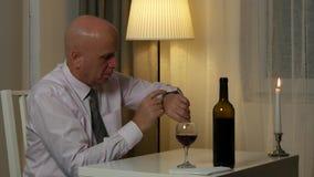 Homem agitado no relógio da mão da verificação do restaurante para uma reunião atrasada filme