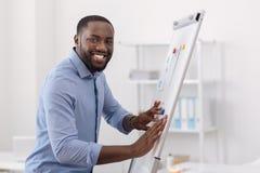 Homem agradável alegre que prepara-se à apresentação Foto de Stock Royalty Free