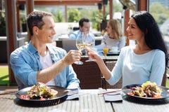 Homem agradável e mulher positivos que têm uma data imagem de stock royalty free