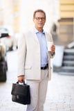 Homem agradável que está na rua fotos de stock royalty free