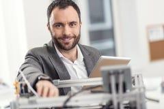 Homem agradável que levanta ao resolver problemas com a impressora 3D Imagens de Stock Royalty Free