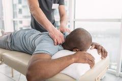 Homem agradável agradável que tem uma massagem Foto de Stock