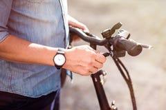 Homem agradável que vai montar uma bicicleta Fotos de Stock Royalty Free