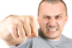 Homem agressivo que mostra seu punho isolado no branco Fotografia de Stock