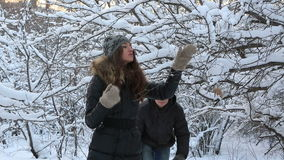 Homem alegre coberto com a menina bonita da neve dentro vídeos de arquivo
