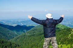 Homem alegre em uma paisagem foto de stock