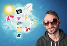 Homem alegre feliz com os óculos de sol que olham ícones do verão Imagem de Stock