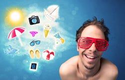 Homem alegre feliz com os óculos de sol que olham ícones do verão Fotos de Stock Royalty Free
