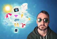 Homem alegre feliz com os óculos de sol que olham ícones do verão Foto de Stock Royalty Free