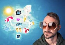 Homem alegre feliz com os óculos de sol que olham ícones do verão Foto de Stock