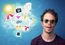 Homem alegre feliz com os óculos de sol que olham ícones do verão Fotografia de Stock