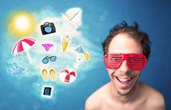 Homem alegre feliz com os óculos de sol que olham ícones do verão Imagem de Stock Royalty Free